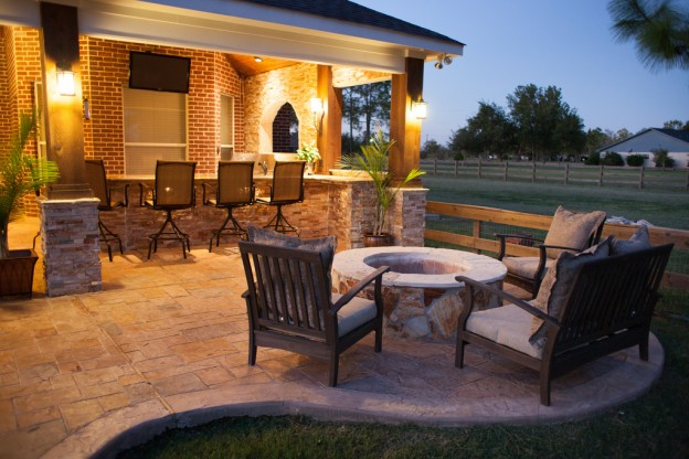 outdoor patio with bar and fire pit